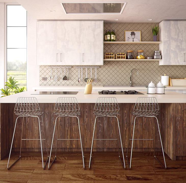 Cucina con sgabelli di design