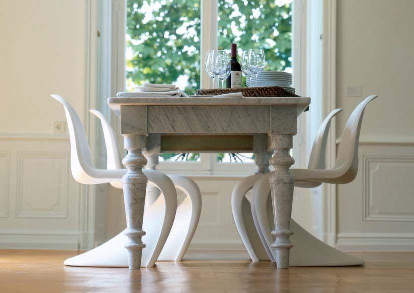 sedie moderne e tavolo antico